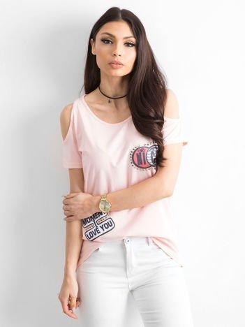T-shirt brzoskwiniowy z wycięciami i naszywkami