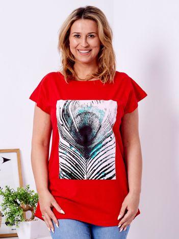 T-shirt czerwony z nadrukiem pawiego pióra PLUS SIZE