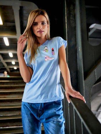 T-shirt damski błękitny z naszywkami