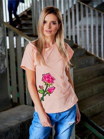 T-shirt damski brzoskwiniowy z naszywką RÓŻA