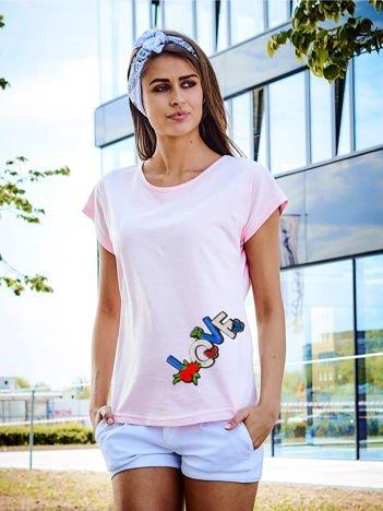 T-shirt damski jasnoróżowy z naszywką LOVE