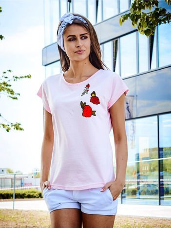 T-shirt damski jasnoróżowy z naszywkami RÓŻE