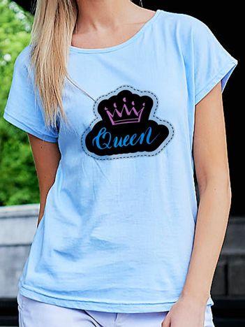 T-shirt damski z nadrukiem QUEEN niebieski