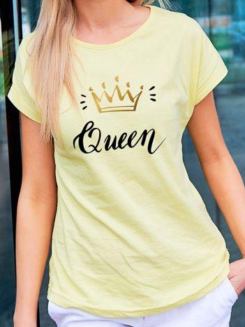 T-shirt damski z nadrukiem korony QUEEN żółty