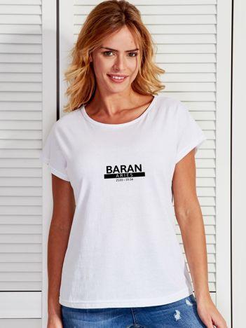 T-shirt damski z nadrukiem znaku zodiaku BARAN biały