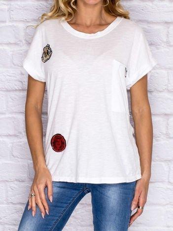 T-shirt damski z naszywkami i kieszenią biały