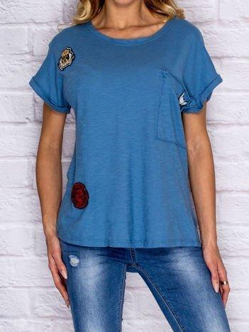 T-shirt damski z naszywkami i kieszenią niebieski
