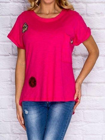 T-shirt damski z naszywkami i kieszenią różowy