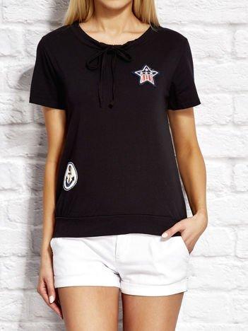 T-shirt damski z wiązaniem i naszywkami czarny