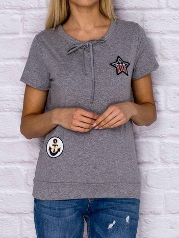 T-shirt damski z wiązaniem i naszywkami szary