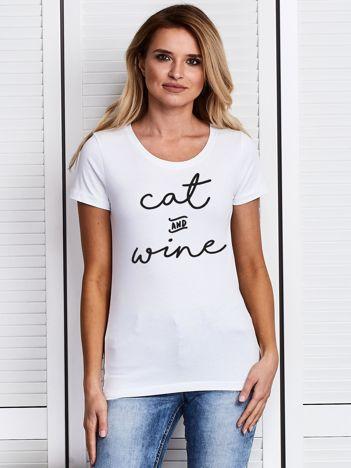 T-shirt damski z zabawnym nadrukiem CAT AND WINE biały