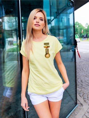 T-shirt damski żółty z naszywkami z motywem wojskowym