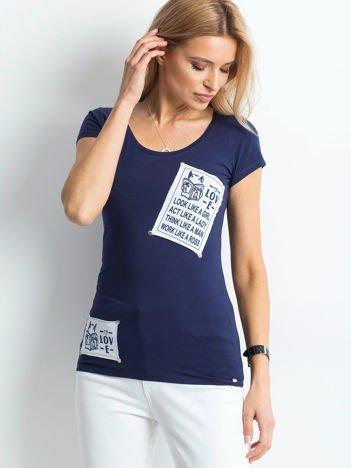 T-shirt granatowy z naszywkami
