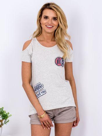 T-shirt jasnoszary z wycięciami i naszywkami