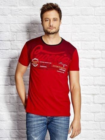 T-shirt męski z miejskim nadrukiem czerwony