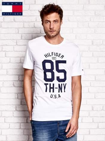 TOMMY HILFIGER Biały t-shirt męski z napisem 85
