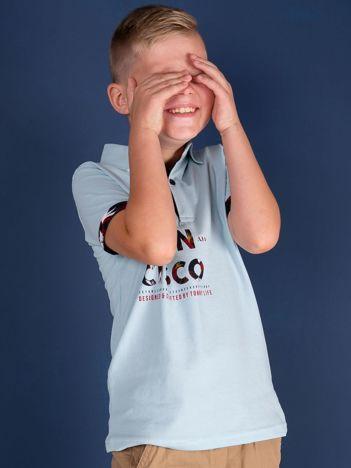 TOMMY LIFE Jasnoniebieska koszulka polo dla chłopca z nadrukiem