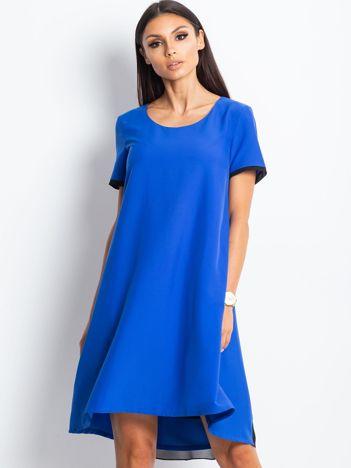 Trapezowa sukienka koktajlowa z tiulową wstawką kobaltowa