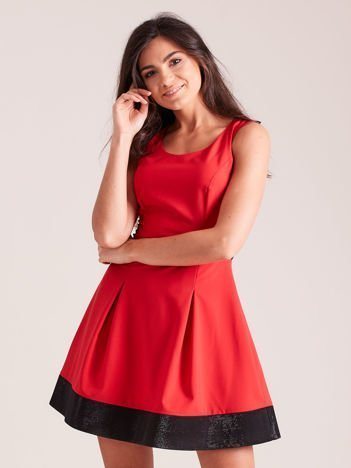 Trapezowa sukienka koktajlowa z zakładkami czerwona