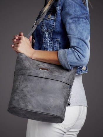 Trapezowa torebka ze srebrnymi zawieszkami ciemnoszara