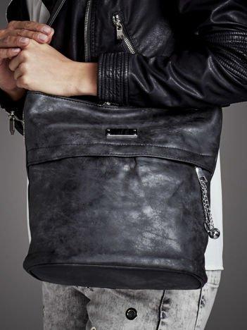 Trapezowa torebka ze srebrnymi zawieszkami czarna