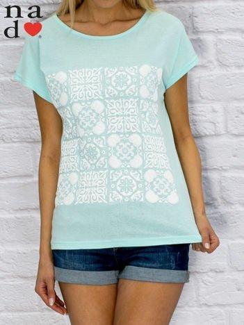 Turkusowy t-shirt z ornamentowym nadrukiem