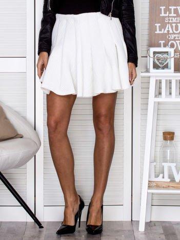 VIA DELLE ROSE Biała spódnica z tłoczoną fakturą