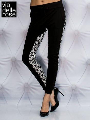 VIA DELLE ROSE Czarne spodnie dresowe z geometrycznym modułem