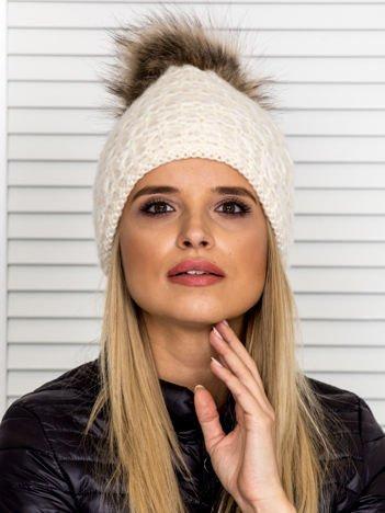 Włóczkowa czapka z pomponem i dodatkiem wełny ecru