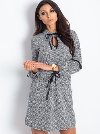 Wzorzysta sukienka z wiązaniami czarno-biała