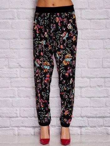 YUPS Czarne materiałowe spodnie w kwiaty