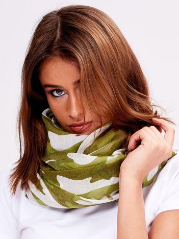 Zielona chusta w kolorowe desenie
