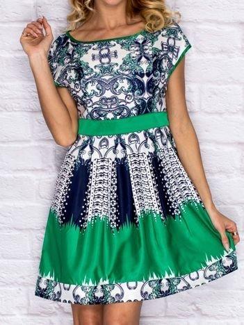 Zielona sukienka koktajlowa z ornamentowym nadrukiem