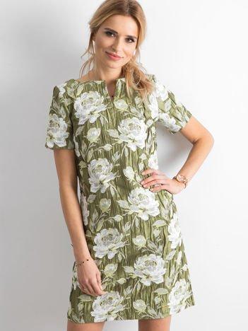 Zielona sukienka z marszczonego materiału w kwiaty