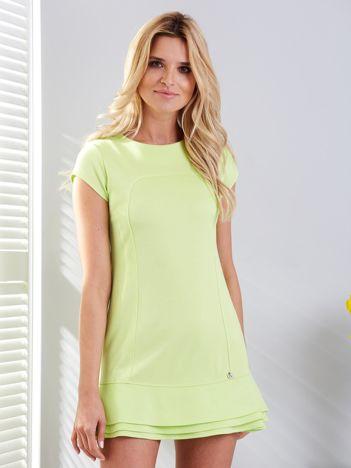 Zielona sukienka z przeszyciami i warstwową falbaną