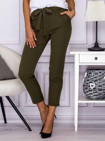 Zielone spodnie z wiązaniem