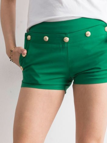 Zielone szorty ze złotymi guzikami