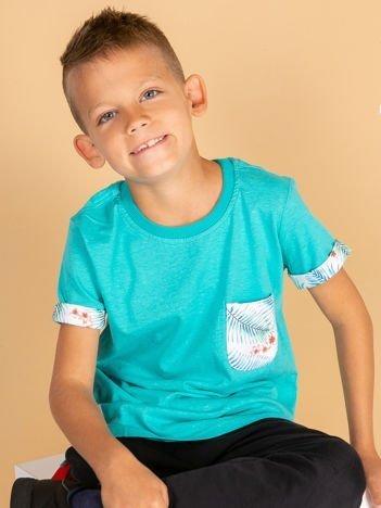 Zielony t-shirt dla dziecka z egzotycznymi motywami