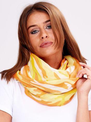 Żółta chusta w kolorowe desenie