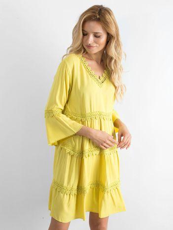 Żółta sukienka z koronkowymi wstawkami