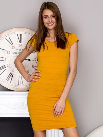 Żółta sukienka z wypukłymi paskami