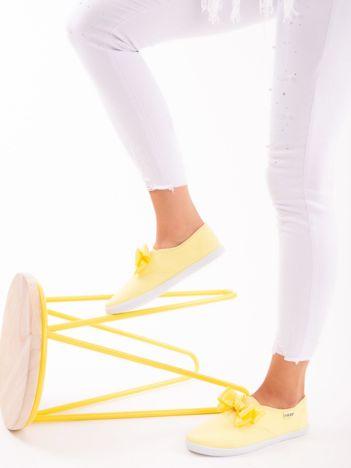 Żółte lekkie tenisówki z atłasową kokardką