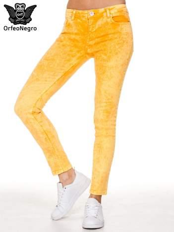 Żółte spodnie jeansowe rurki typu marmurki