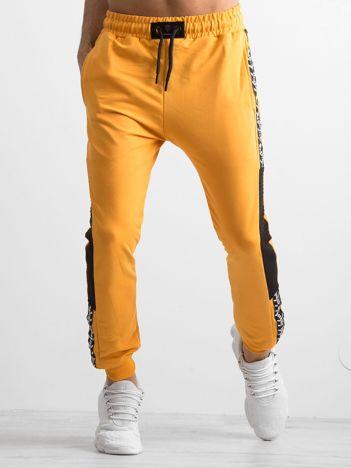 Żółte spodnie męskie dresowe z lampasami