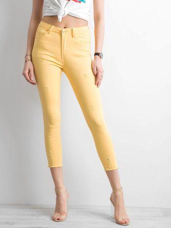 Żółte spodnie z przetarciami