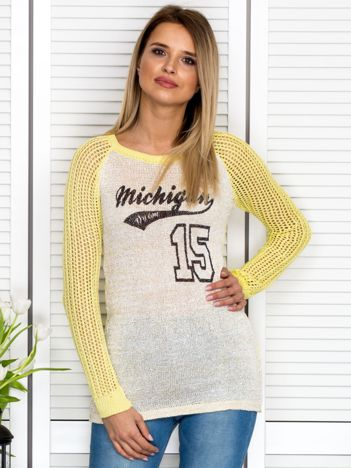 Żółty sweter z baseballowym printem
