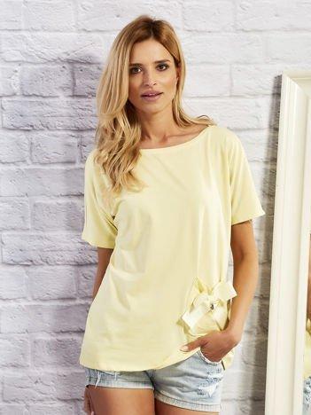 Żółty t-shirt z kokardą na kieszeni