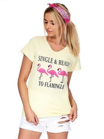 Żółty t-shirt z napisem i flamingami