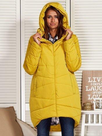 Żółty zimowy płaszcz z broszką
