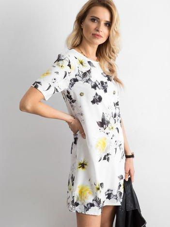Zwiewna biała sukienka w kwiaty